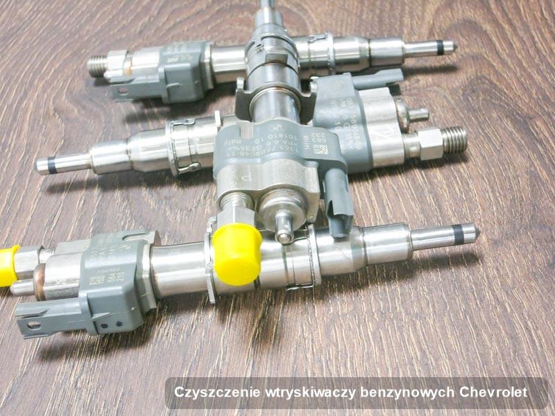 Wtrysk benzyny do silnika z auta firmy Chevrolet po przeprowadzeniu zlecenia czyszczenie wtryskiwaczy benzynowych naprawiony na odpowiedniej maszynie przed odesłaniem do klienta