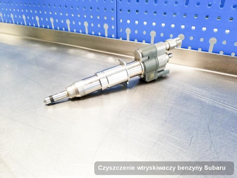 Wtrysk do silnika z auta firmy Subaru po przeprowadzeniu usługi czyszczenie wtryskiwaczy benzyny naprawiony na specjalistycznej maszynie przed spakowaniem