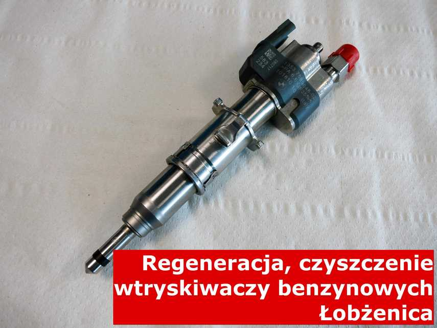 Wtryskiwacz piezoelektryczny z Łobżenicy na stole w laboratorium, zrewitalizowany przy pomocy nowoczesnego sprzętu