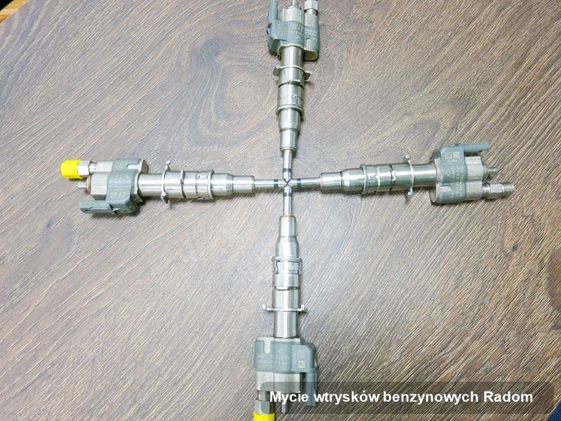 Wtrysk do benzyny zregenerowany poprzez czyszczenie na specjalistycznej stacji diagnostycznej po zrealizowaniu usługi mycie wtrysków benzynowych w jednej z pracowni w Radomiu