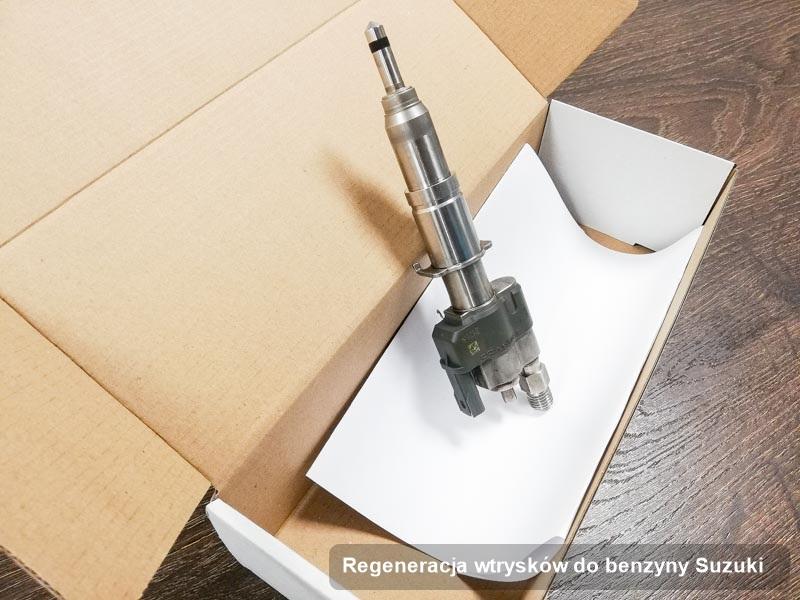 Wtrysk benzyny do osobówki ze znaczkiem Suzuki po wykonaniu usługi regeneracja wtrysków do benzyny naprawiony na specjalistycznej maszynie przed odesłaniem do klienta