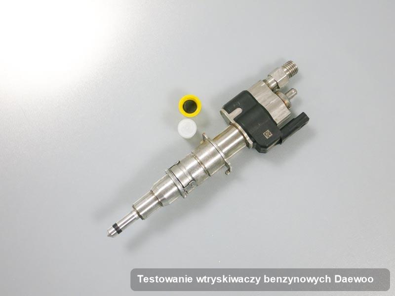 Wtryskiwacz do auta marki Daewoo po wykonaniu serwisu testowanie wtryskiwaczy benzynowych zregenerowany na odpowiednim urządzeniu gotowy do wysyłki