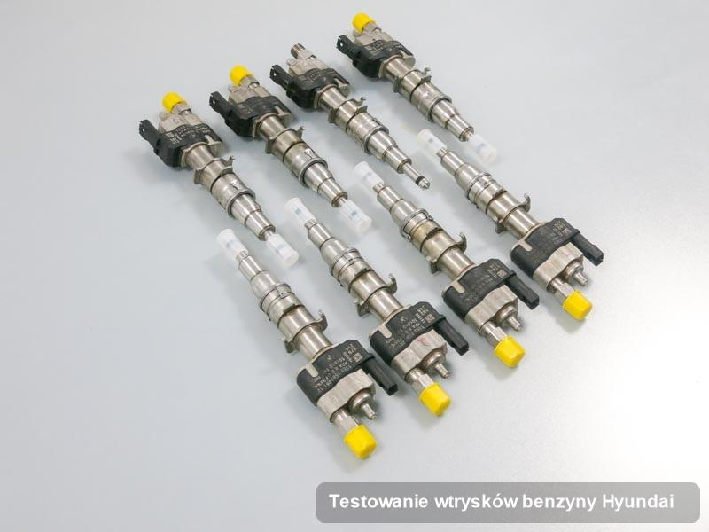 Wtrysk benzyny do silnika z auta firmy Hyundai po przeprowadzeniu serwisu testowanie wtrysków benzyny naprawiony na specjalistycznym urządzeniu przed spakowaniem