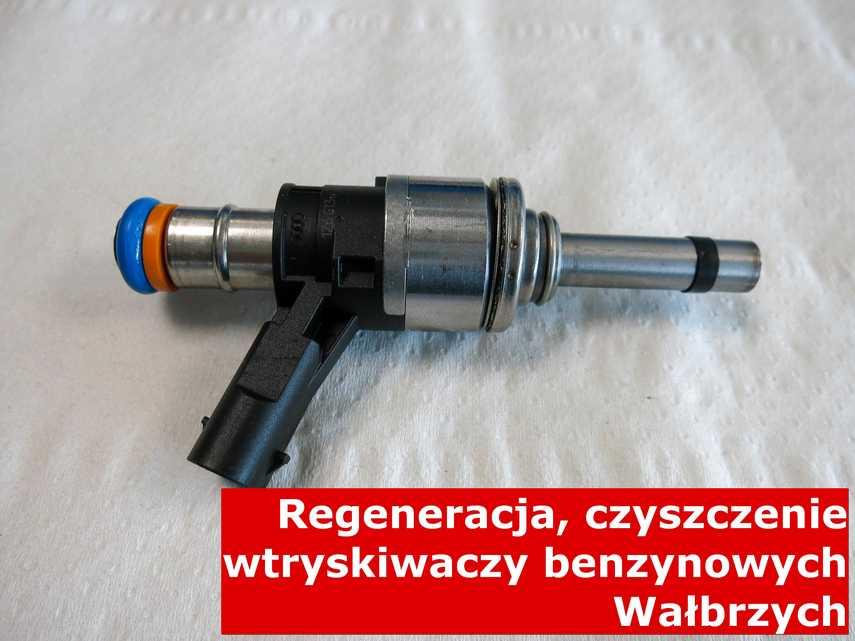 Wtryskiwacz do paliwa benzynowego z Wałbrzycha na stole, wyczyszczony przy pomocy nowoczesnego sprzętu