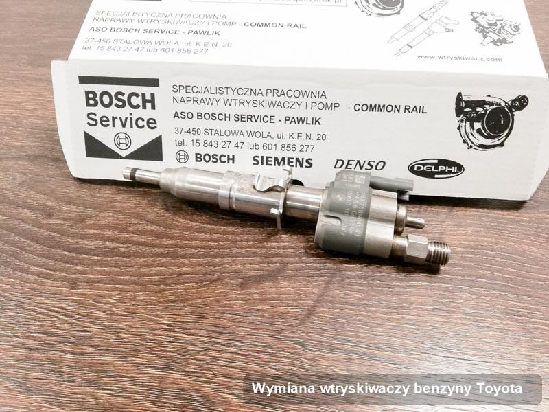 Wtrysk do silnika z auta firmy Toyota po przeprowadzeniu serwisu wymiana wtryskiwaczy benzyny zregenerowany na odpowiednim stole probierczym przed wydrukiem parametrów